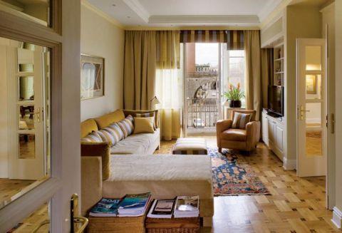Salon urządzony w ciepłych odcieniach.