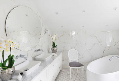 Płytki ścienne w łazience imitujące marmur to Tubądzin White Stone, na podłodze mozaika Rawdecor.