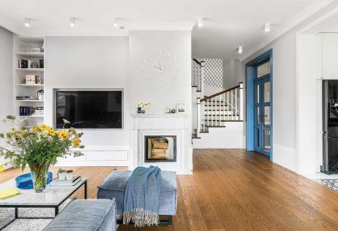 nowoczesny salon z kominkiem i ścianą z cegły