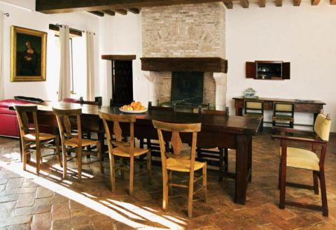 Duży postarzany stół. Świat według Opałki