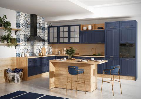 granatowa kuchnia z drewnem