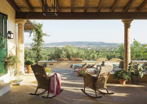 Widok na góry Tramuntana, dookoła migdałowe gaje i winnice.
