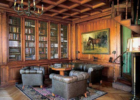 Biblioteczną zabudowę wykonano z brzozy. Mimo że to stylistyka polska, ażurowe siatki w witrynach pochodzą już z Anglii.