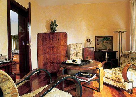 Charakterystyczne dla tego stylu proste formy mebli, gięte drewno i po mistrzowsku położone forniry.
