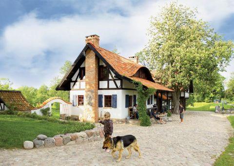 Dom, choć zbudowany od podstaw, wygląda na wiekowy. To zasługa miejscowych materiałów - wygląda na