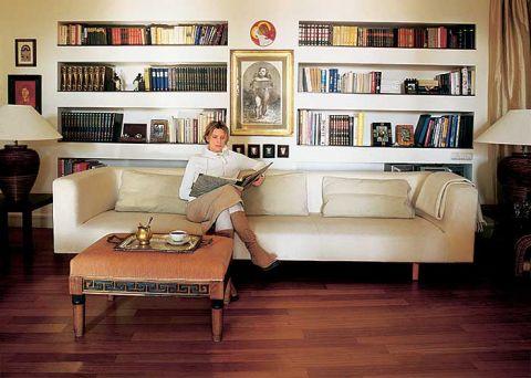 Iwona Stypułkowska w salonie. Kolory Dalekiego Wschodu