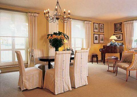 Krzesła ubrane w eleganckie pokrowce.