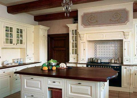 Kuchnia, choć nie brakuje tu nowoczesnych udogodnień, urządzona jest w klasycznym, dworskim stylu.