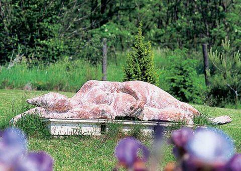 Rzeźby Hanny Ograbisz-Krawiec doskonale prezentują się w plenerze, są przecież zrobione z gliny.