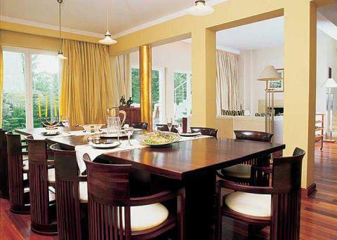 - To nie jest Frank Lloyd wright - mówi Grażyna o stole i krzesłach w jadalni. Bardzo udane repliki
