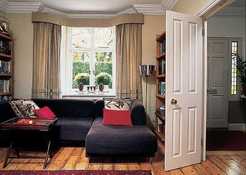 W salonie duża kanapa i lampa z oryginalnym kloszem.