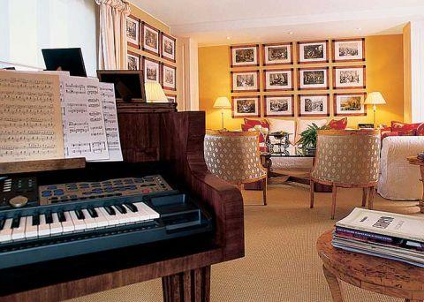 W salonie keyboard przypominający kształtem fortepian.