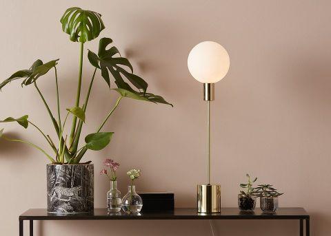 lampa stojąca do salonu styl minimalistyczny
