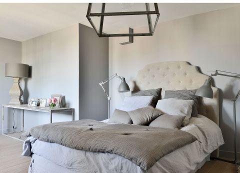 aranżacja nowoczesnej szarej sypialni