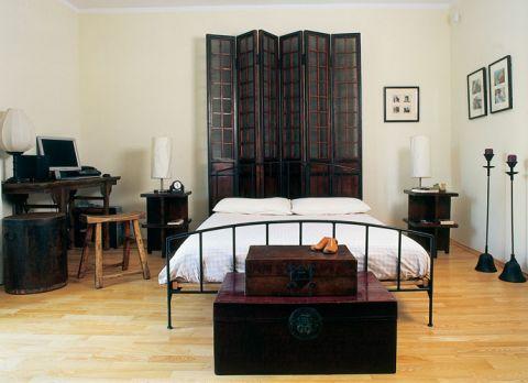 Stara brama na podwórze awansowała do roli parawanu, który zdobi wezgłowie łóżka.