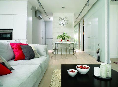 Prosty stół został zrobiony na zamówienie według projektu Hola Design. Krzesła Kuadra są ze sklepu Cube, lampa Doscoco -