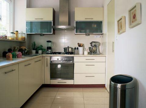 W nowoczesnej kuchni znajdziemy jasne szafki.