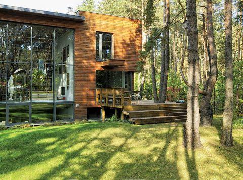 Do budowy zastosowano naturalne materiały: drewno, biały kamień, czarną wulkaniczną lawę, stal aluminium i szkło.