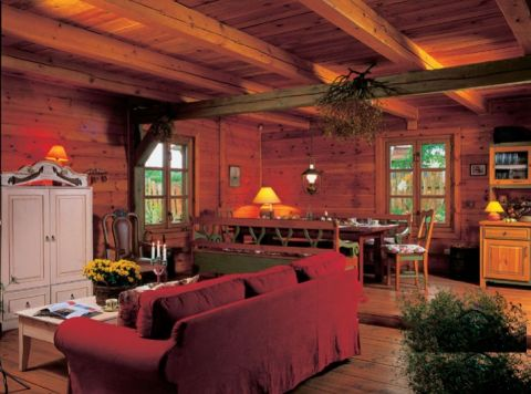 W dużej izbie na parterze mieści się salon, kuchnia i jadalnia.