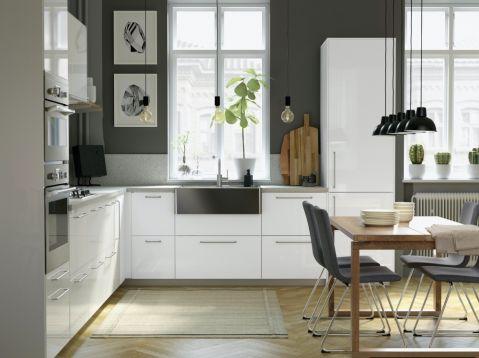 biała kuchnia z szarymi dodatkami