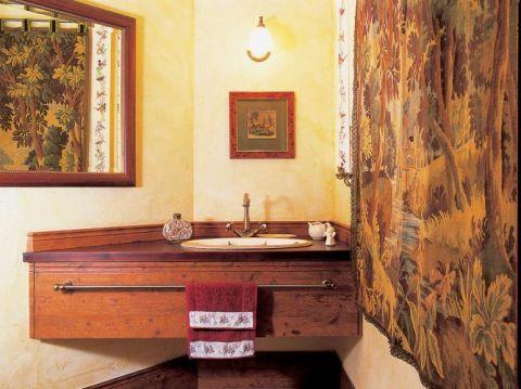 Drewniana szafka pod umywalkę. Na zielonym dywanie
