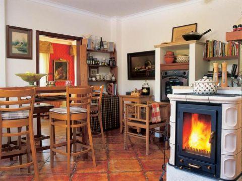 Kominek w kuchni. Na zielonym dywanie