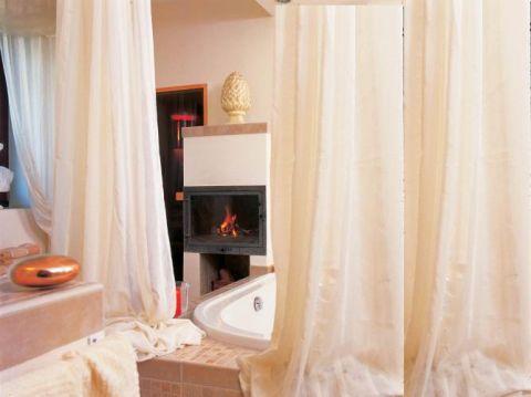 Prosty kominek, za nim drzwi do sauny. W takim towarzystwie od kąpieli można się uzależnić.