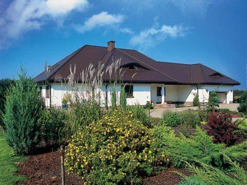 Dom wśród zieleni. Na zielonym dywanie