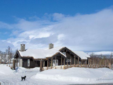 Drewniany dom w górach urządzony w stylu prowansalskim.