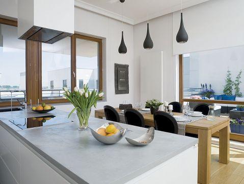 Kuchenny blat imituje beton. Mieszkanie pełne słońca