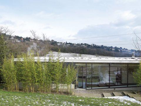 Mała wioska na wzgórzu pod Lyonem. Trzy kroki do lasu, a dookoła tylko łąki.