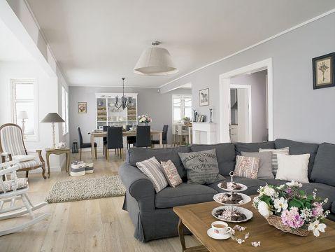 Na prostej kanapie z IKEA wylądowały ozdobne poduchy z Coqlila, obok stolik kawowy od Vintage Home, a nad nimi