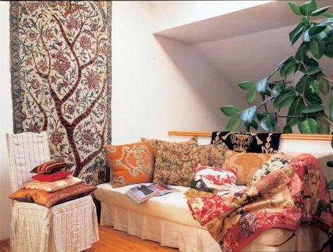 Kanapa i kolorpwe poduszki. Dom-patchwork Bożeny Łęckiej