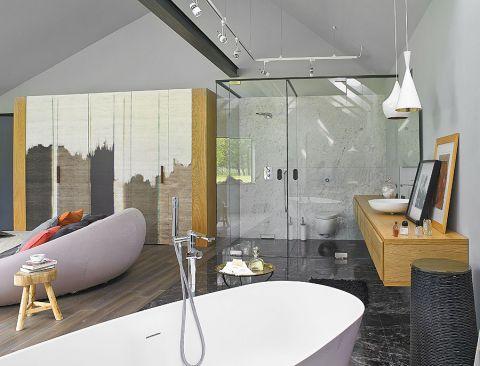 Pośrodku łazienki stoi wanna Antonio Lupi.