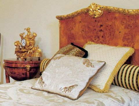 W sypialni stoją dwa empirowe łoża ze złoceniami- jedno z czeczoty, drugie z mahoniu.