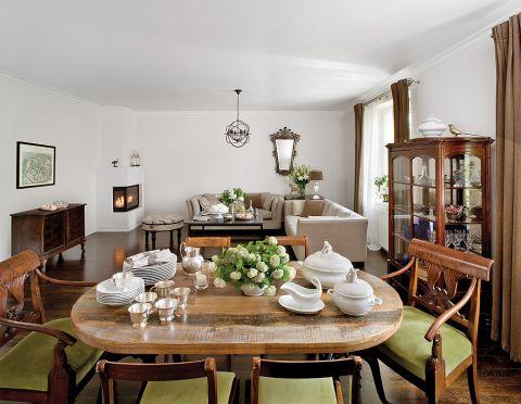 Kopie biedermeierowskich krzeseł pochodzą ze znanej manufaktury w Henrykowie. Metalowa wisząca lampa jest ze sklepu