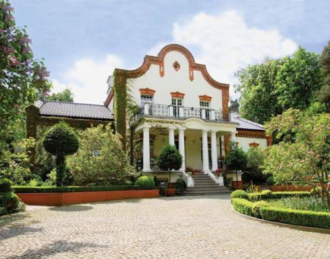 Willę zbudował q 1899 roku Tomasz Tyborowski, właściciel Warszawskiej Kasy Kredytowej, i nazwał ją Złudzenie.