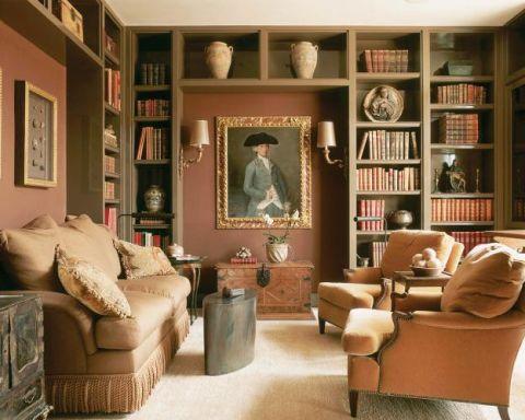 W bibliotece kanapa i fotele. W śródziemnomorskim stylu