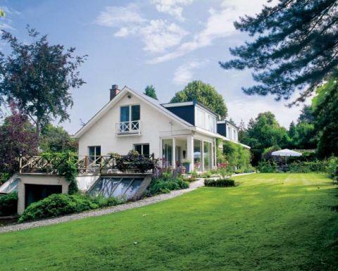 Elegancki dom z ogromnym tarasem i całorocznym basenem.
