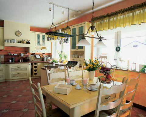 Stół po prababci ozdobiony kwiatowym motywem stanął w kuchni.