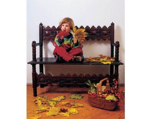 Drewniana ława to świetne miejsce do segregowania skarbów znalezionych w ogrodzie.