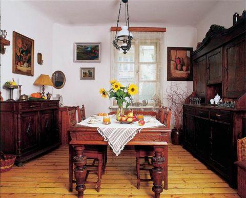 Nad stołem wisi zdobiona lampa. Nowoczesność ukryta