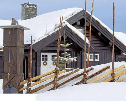 Drewniany dom urządzony w stylu prowansalskim.