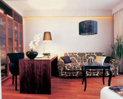 W salonie miękka kanapa z orientalnymi wzorami.