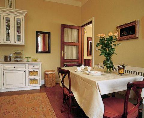 Idealna kuchnia tylko w amerykańskim stylu. Czyli na tyle duża, żeby zmieścił się w niej stół z krzesłami i kanapa albo ława.