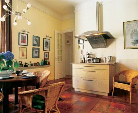 Kuchnia jak pokój. Podłoga to pomysł Karoliny. Zrobiona jest z terakoty i drewna tekowego. Metalowy