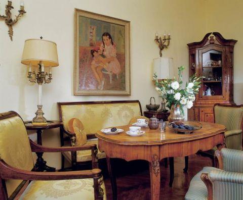 W salonie pani Ewa powiesiła swój portret z dzieciństwa.