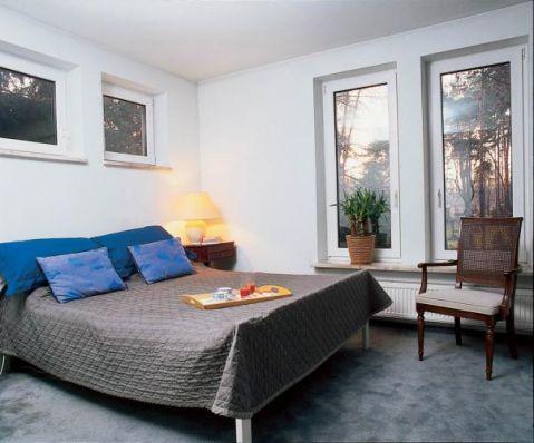 Jasna minimalistyczna sypialnia. Męski punkt widzenia