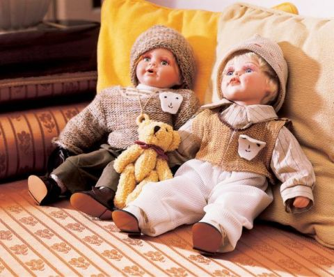 Lalki na kanapie. Dworek jak malowany