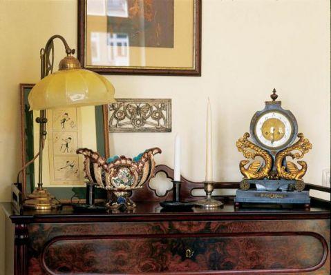 Stary zegar, lampka, świeczniki. Mieszkanie w stuletniej kamienicy